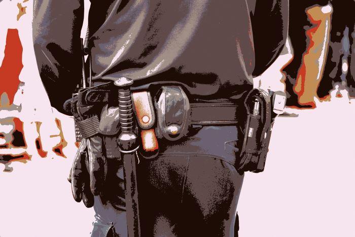 Policja Żywiec: Policjanci zabezpieczają odnaleziony niewybuch